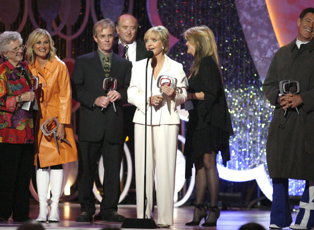 "(left to right) Ann B. Davis, Maureen McCormick, Mike Lookinland, Lloyd Schwartz, Florence Henderson, Susan Olsen and Barry Williams of the television show ""The Brandy Bunch"" except the Pop Culture Award during the 5th Annual TV Land Awards, Saturday, April 14, 2007 in Santa Monica, Calif. (AP Photo/Gus Ruelas)"